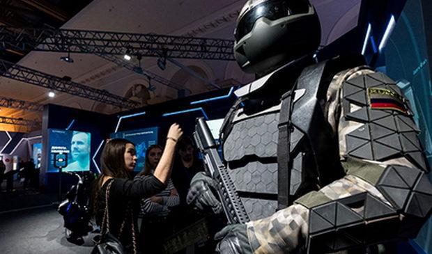 В России испытали позволяющий стрелять из пулемета одной рукой экзоскелет