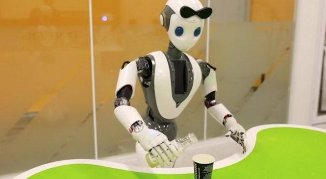 На MWC презентовали робота, который способен вдевать нитку в иголку